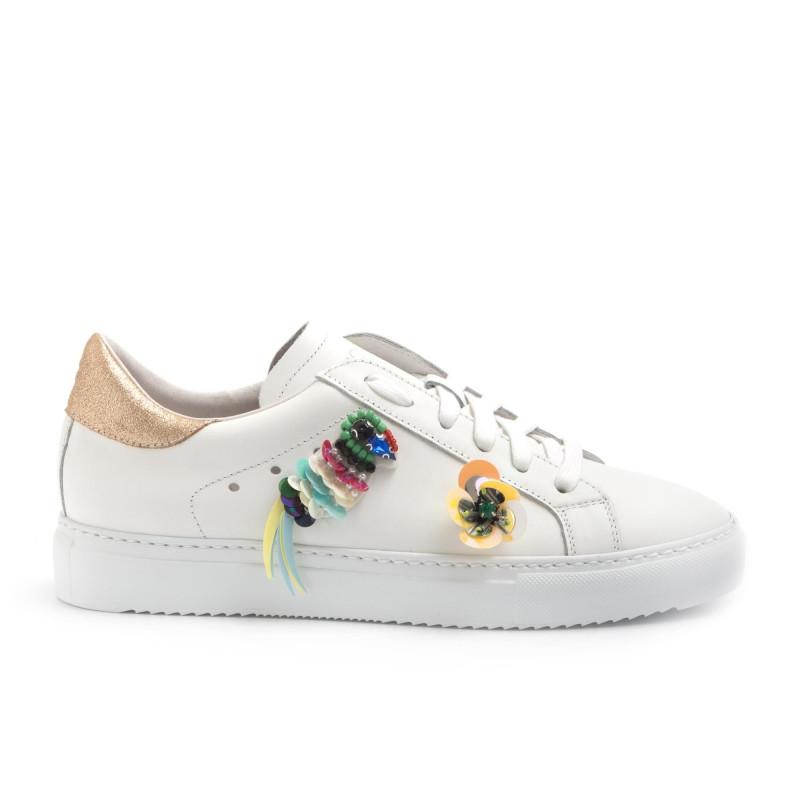 Sneakers in pelle bianca con decorazioni colorate 73a81a8e2d6
